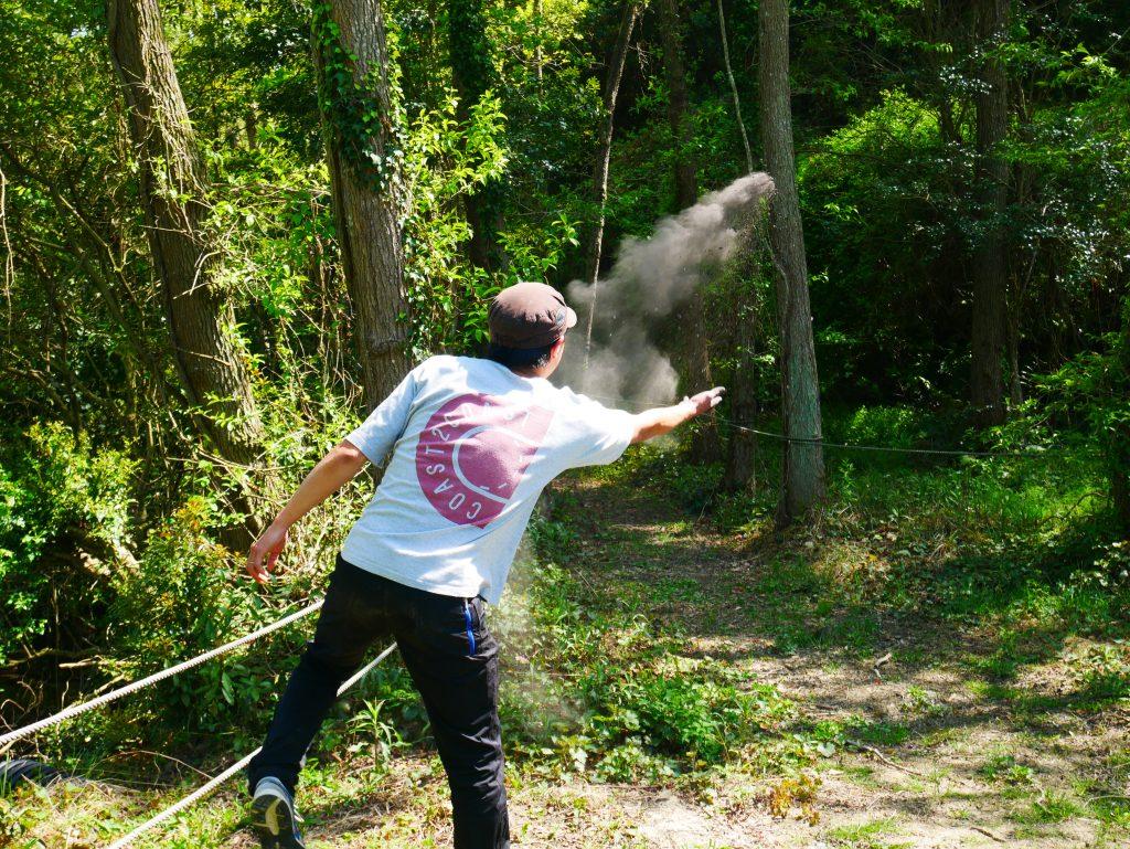 風下に向かって、燃えカスをファサー!と投げます。
