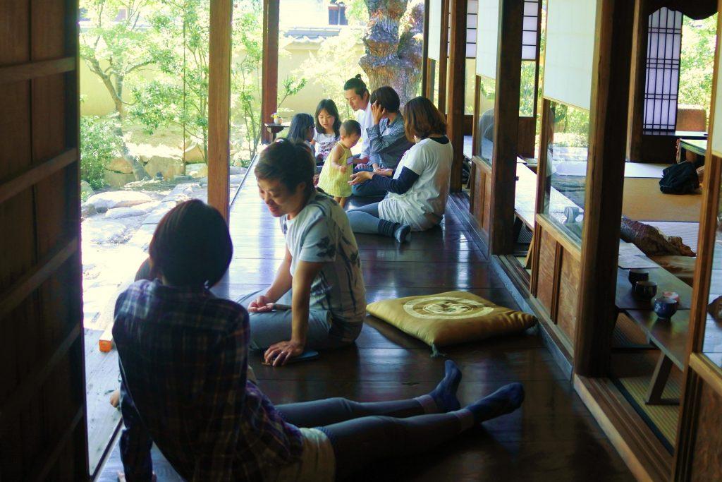 日本庭園をゆっくり眺めながら過ごせる縁側