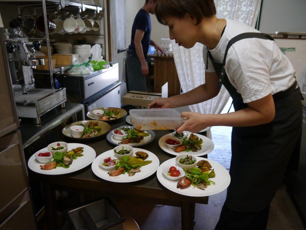 淡路から運ばれたお料理は、お店のスタッフがセンスよく大皿にレイアウト