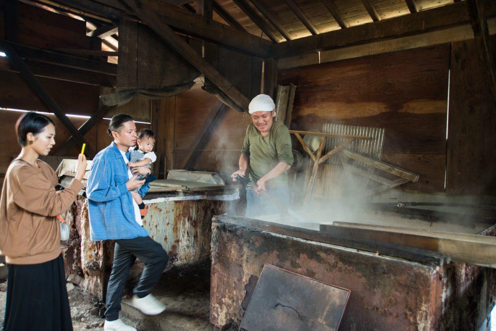 初めて見る塩作りの現場に錦さんたちも興味津々!