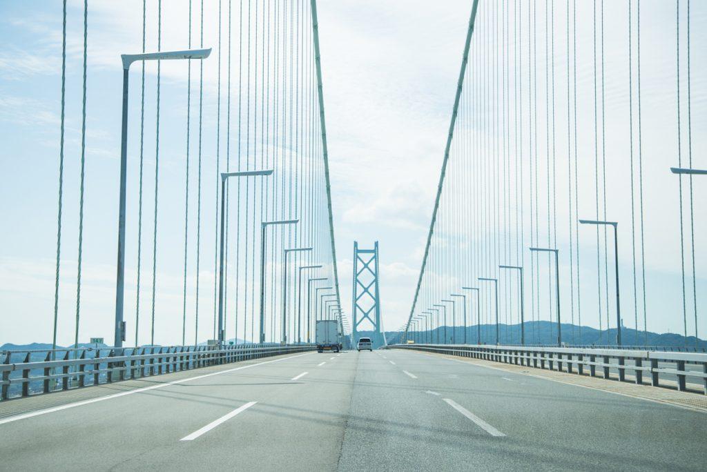 車で明石海峡大橋を渡り、次の目的地・淡路島を目指します。