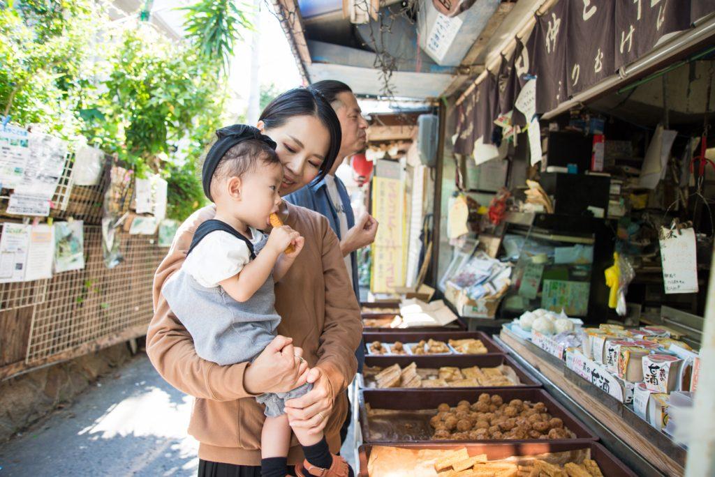 塩屋駅前『田仲とうふ店』三角形の厚揚げにがんもどき……、店前にずらりと並ぶ豆腐が食欲をそそります