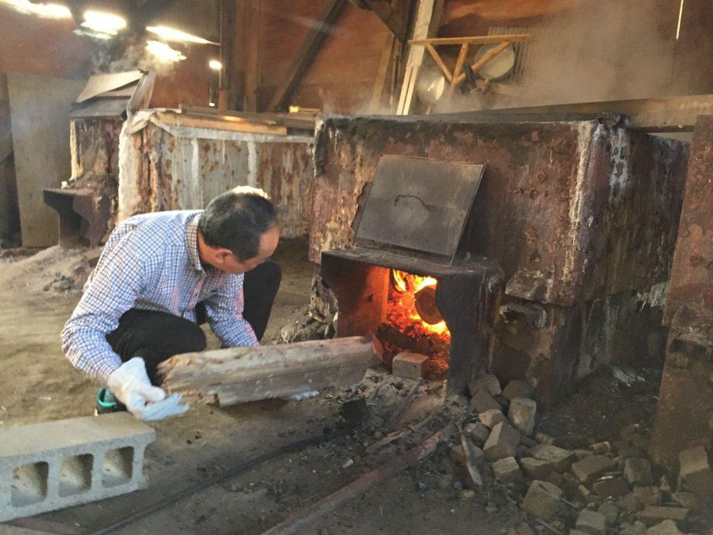 自凝雫塩(おのころしづくしお)の薪をくべる体験